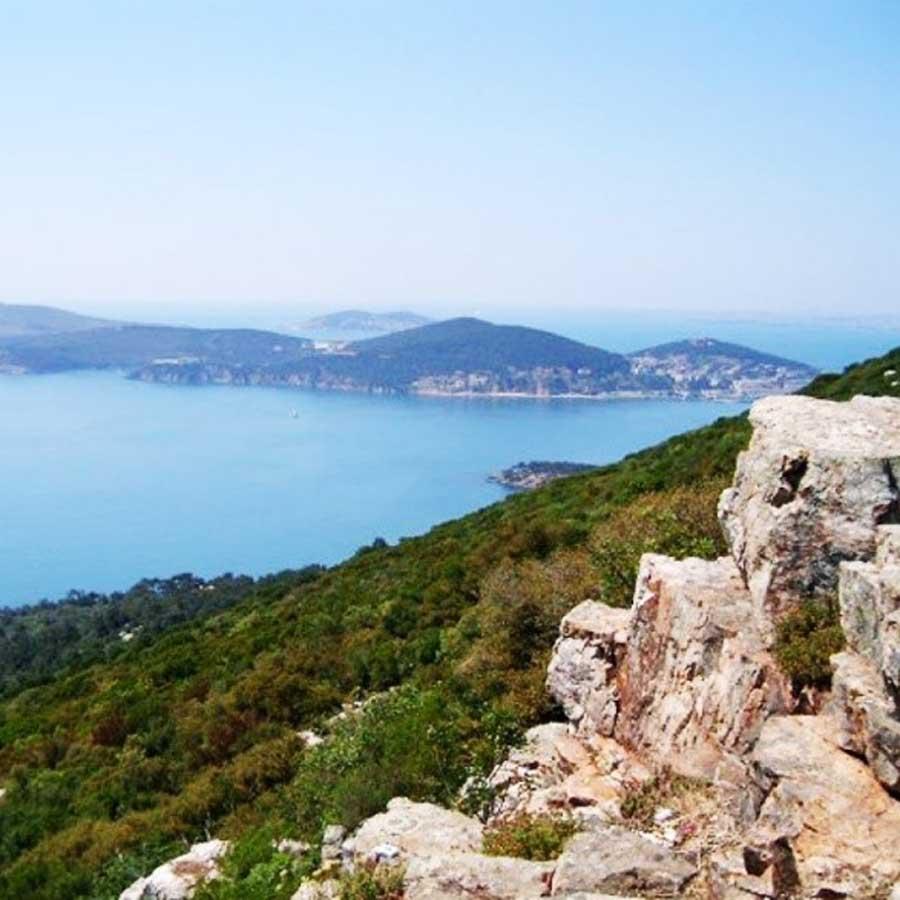 Ada Tepeleri ve Manastırlar