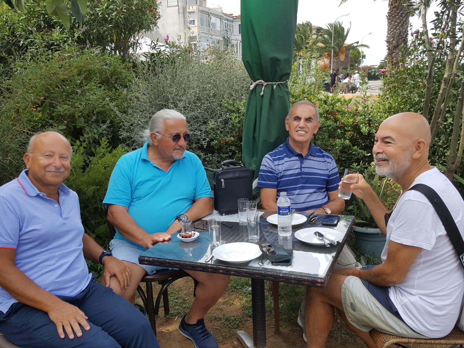 Büyükada'da ufak bir grupla ada sorunlarını konuşurken