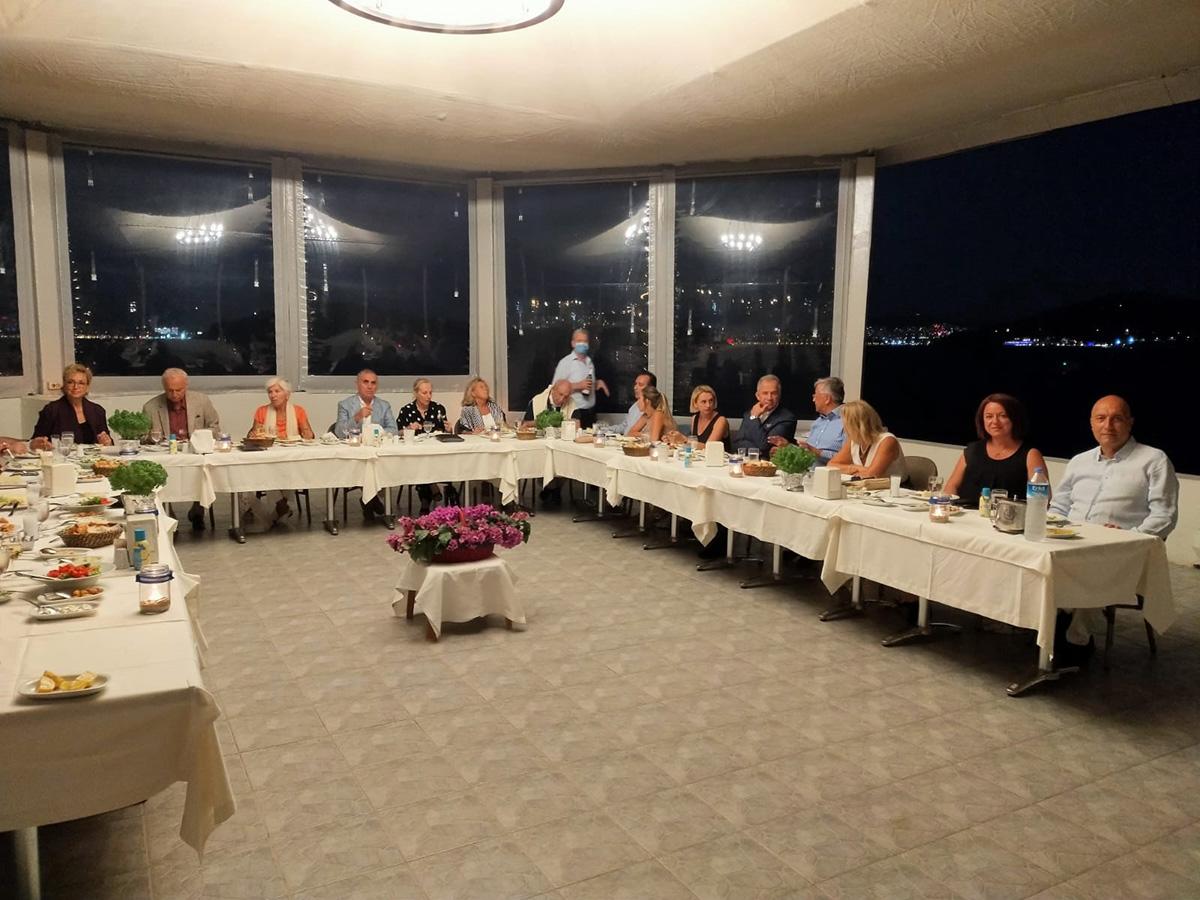Heybeliada Su Sporları Kulübü'ndeki yemekli toplantımızda sağda ayakta İkinci Başkanımız Sn. Ediz Hun bir konuşma yaparken